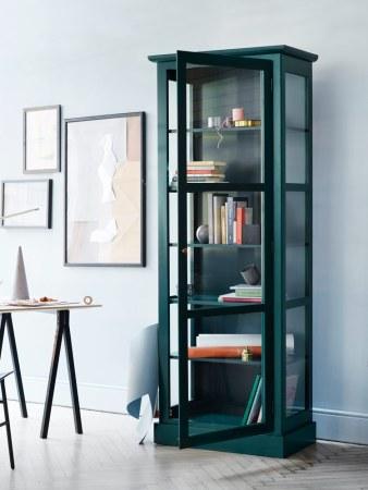 Billede af Lindebjerg Design Color N1 grøn vitrineskab i et lyseblå rum med interiør