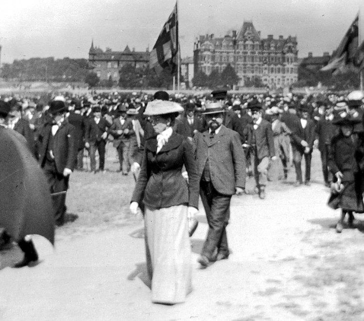 1 maj 1904 på excercisfältet Heden i Göteborg. Ungefär 8000 samlas till demonstration.
