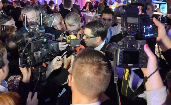 Jimmy Åkesson under valnattens mediepress.