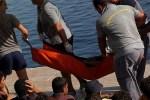 Lampedusa: Beamte der Guardia di Finanza bergen einen Flüchtling