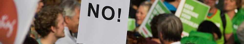 """Plakat """"No"""" auf Demonstration"""