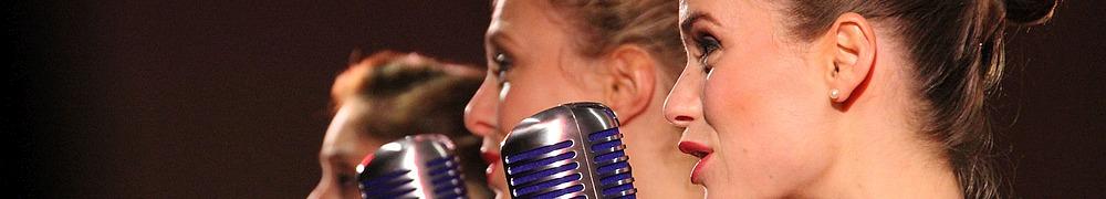 Drei Sängerinnen am Mikrofon