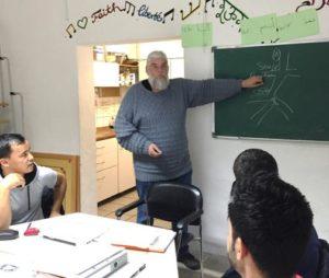 Rainer Wiebrock gibt einen Sprachkurs im IIK