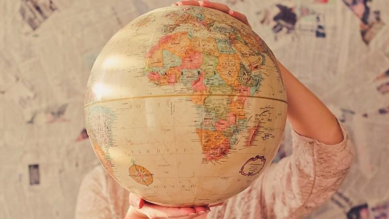 Globus in Händen gehalten