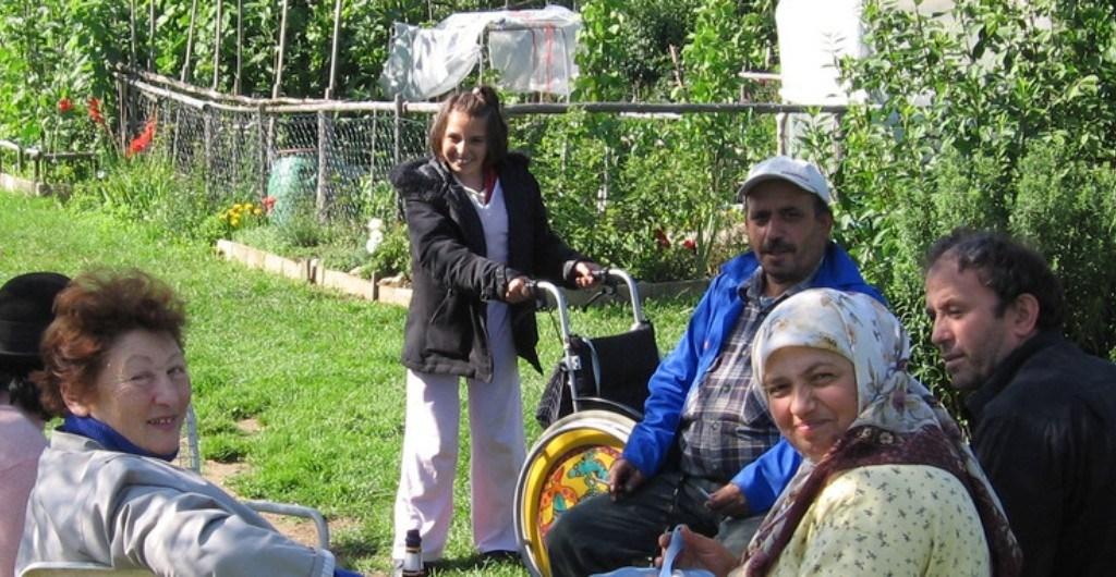 Menscher verschiedener Herkunft im Garten - Wettbewerb Gärten der Integration - Deutsche Umwelthilfe