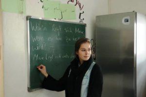 Olivia beim Deutschkurs an der Tafel im Jugendzentrum Posthornstraße
