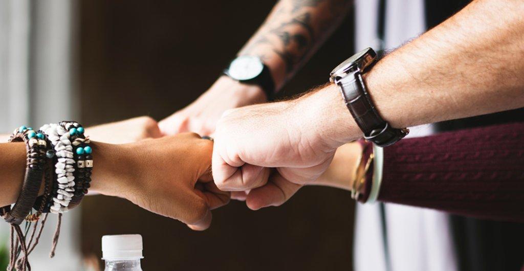 Fäuste aufeinander - gemeinsam