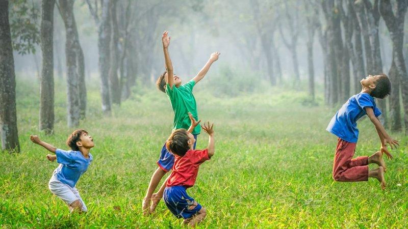 Kinder, 4 Jungen toben uns spielen