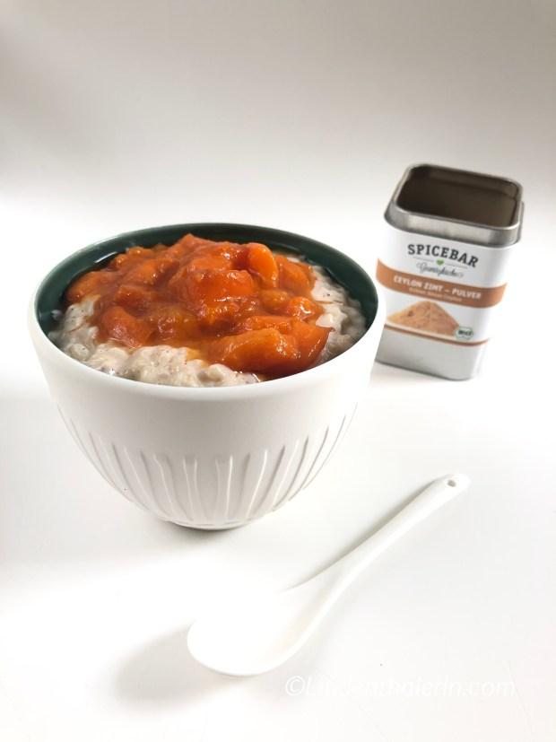 Zimt-Milchreis mit Aprikosen-Kompott in einer weißen Schale von Villeroy & Boch