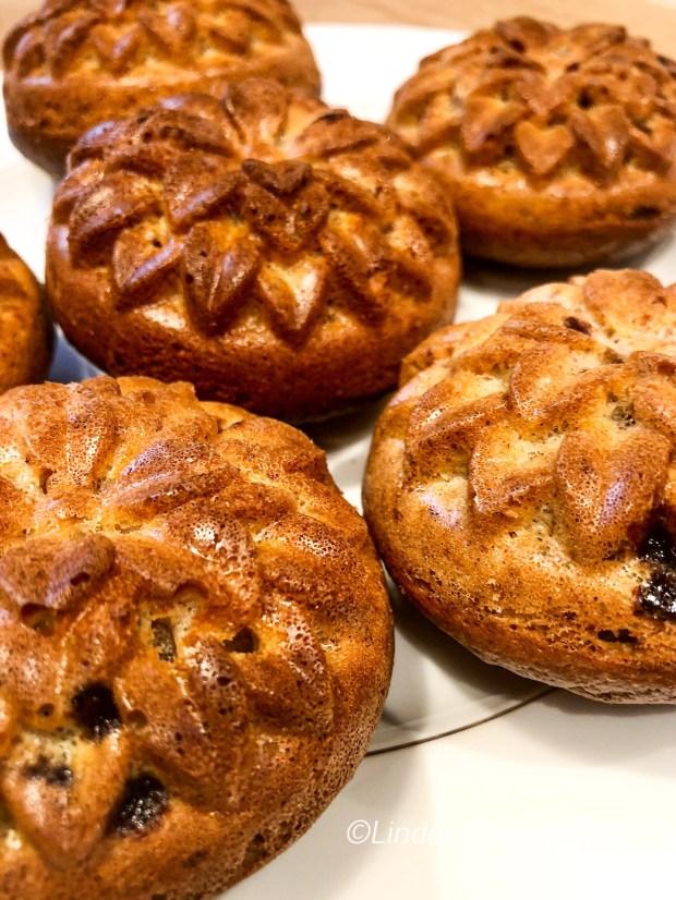 Erdnuss-Muffins in Dahlienform  auf einem weißen Teller