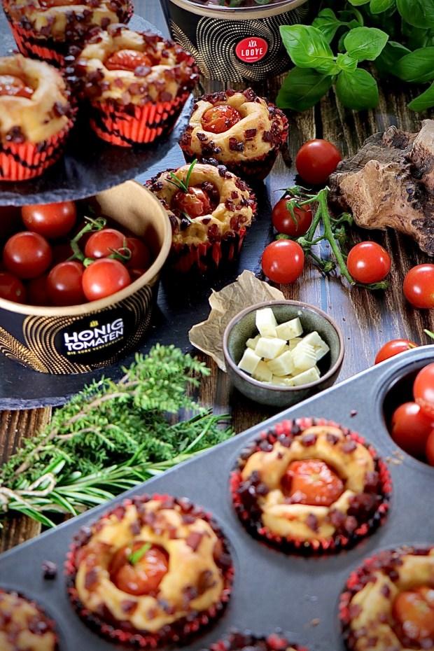 Ein Muffinblech mit Tomaten-Muffins   Mit Kräutern und Fetakäse