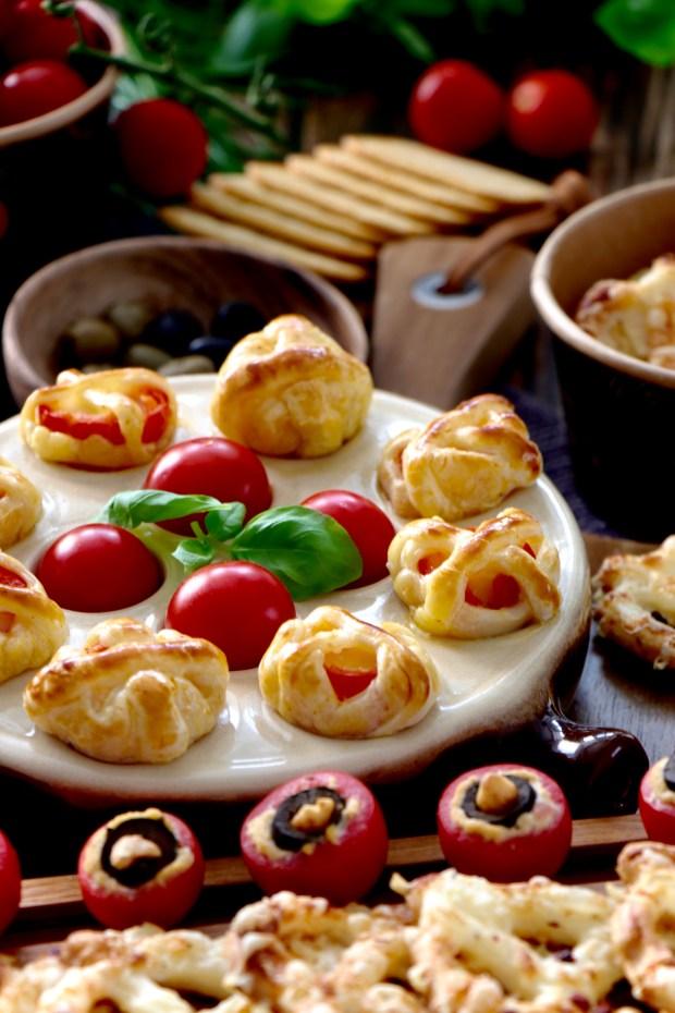 Snackboard mit gefüllten Tomaten und Tomaten-Mozzarella-Spießen