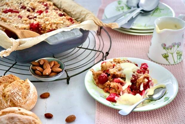 Auflaufform mit Kirschenmichel und Teller mit einer Portion davon auf Villeroy &Boch Althea Nova