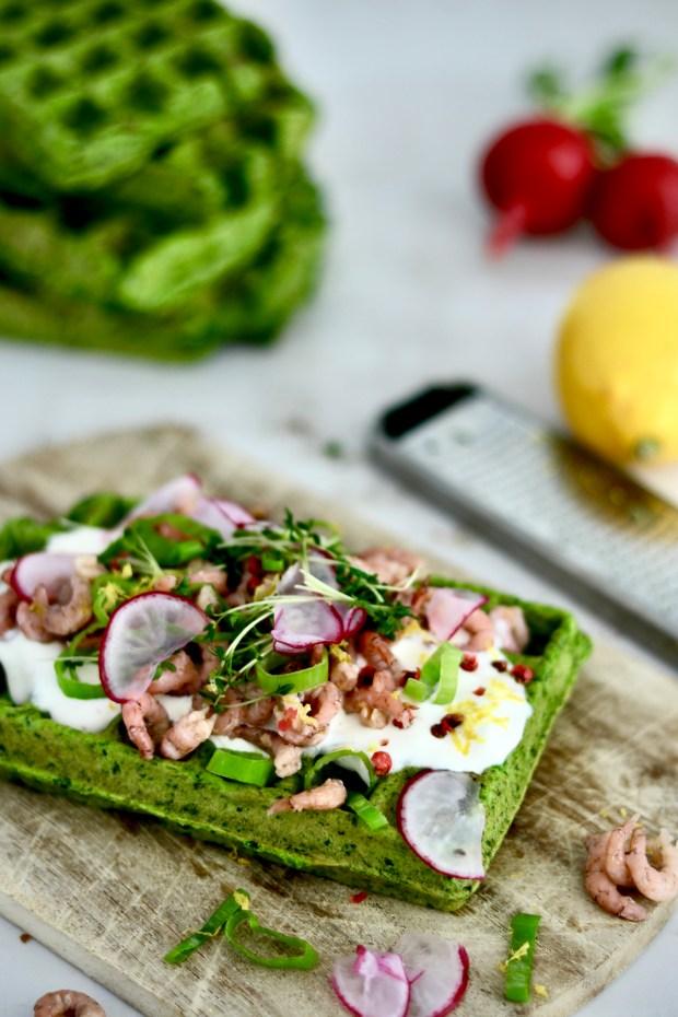 Grüne Bärlauch-Spinat-Waffeln mit Krabben, Radieschen und Kresse belegt