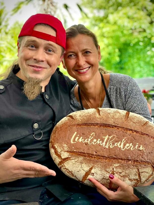 Axel Schmitt und die Lindenthalerin mit 6-Pfünder Brot mit Lindenthalerin-Logo auf dem Brot