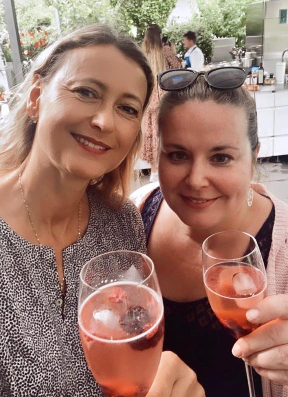 Sandy Rojo-Cerez und die Lindenthalerin mit einem Drink