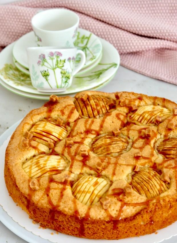 pfel-Rührkuchen mit Karamellsauce mit Geschirr von Villeroy&Boch Althea Nova