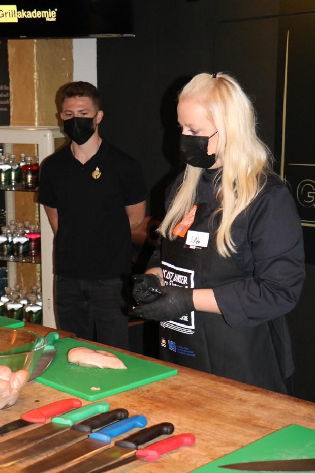 Alexandra Kuhl und Jan Klose zeigen den Umgang mit Hühnerfleisch