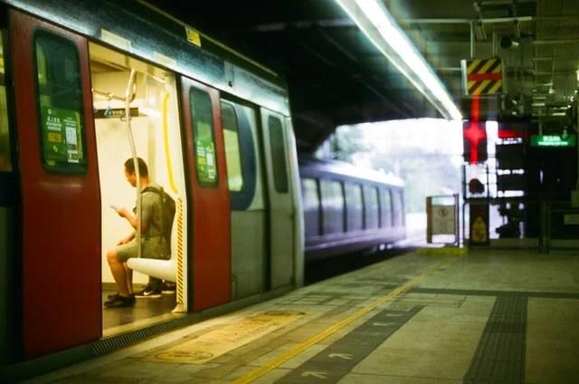 電車でスマホを見る男性