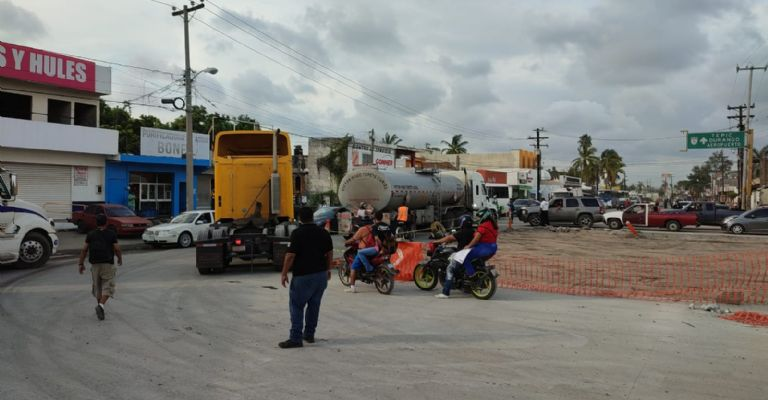 Protesters block Gabriel Leyva Avenue, in Mazatlán, and cause road chaos.