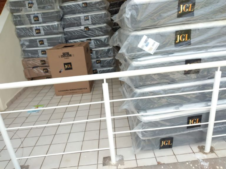 """Mattresses, bunk beds and even airs: With initials of """"El Chapo"""", donations arrive at the Navolato shelter"""