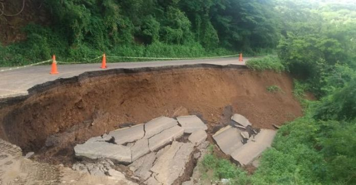 There is no step!  The Libre Mazatlán-Durango highway is closed due to a landslide of a section.