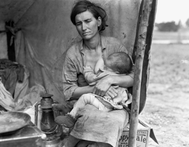 lange madre migrante amamantando