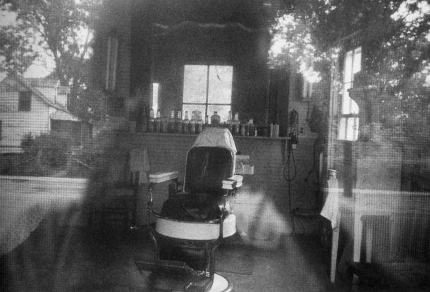 27 Robert Frank Barbería a través del mosquitero de una puerta. McClellanville, Carolina del Sur