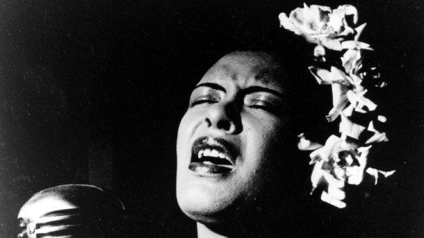 """""""Puedes cubrir tus tetas con blanco satén, llevar gardenias en el pelo y no ver una sola caña de azúcar en kilómetros a la redonda, pero seguirás trabajando en una plantación.""""(Billie Holiday)"""