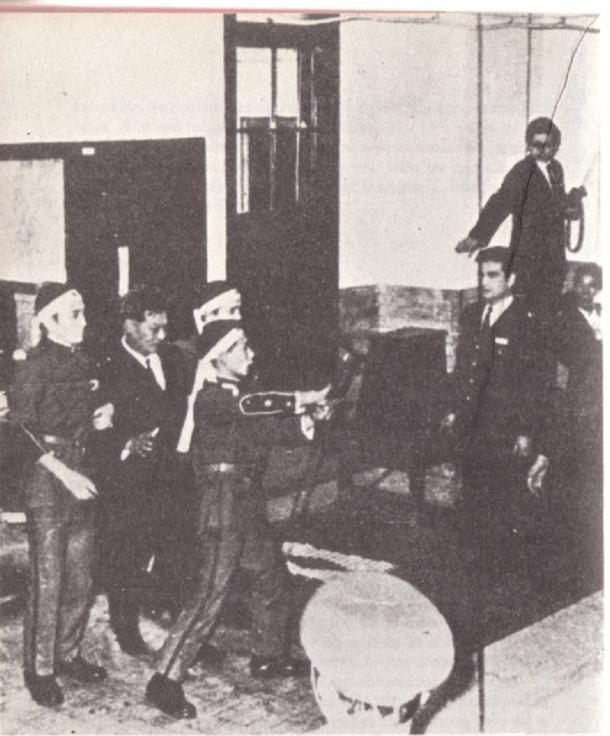 Los tres supervivientes, junto al general Mashita, en el momento en el que entregan sus armas.