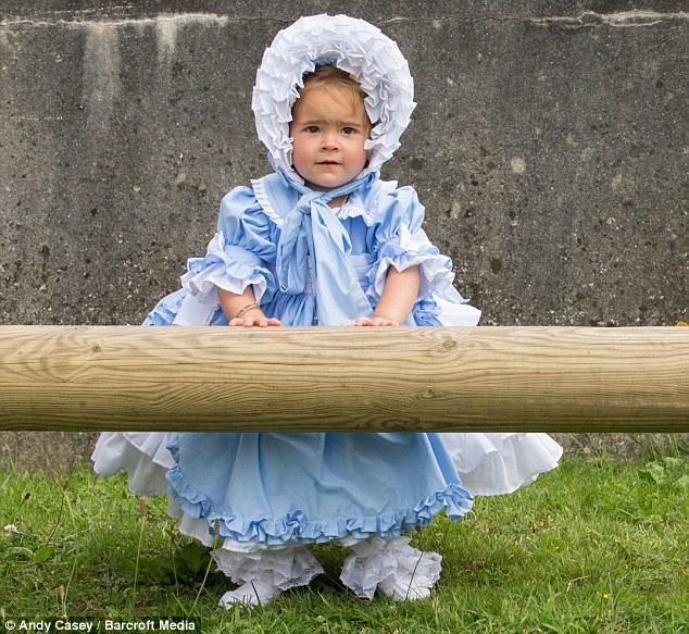 2d78553100000578-3275764-minnie_wears_a_spanish_designer_dress_and_a_bonnet_aged_18_month-m-65_1445015270243