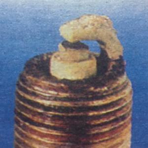Натрупването на останки, произлизащи от добавки в маслото, които се втвърдяват