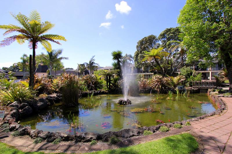 Holiday Inn Auckland Airport courtyard