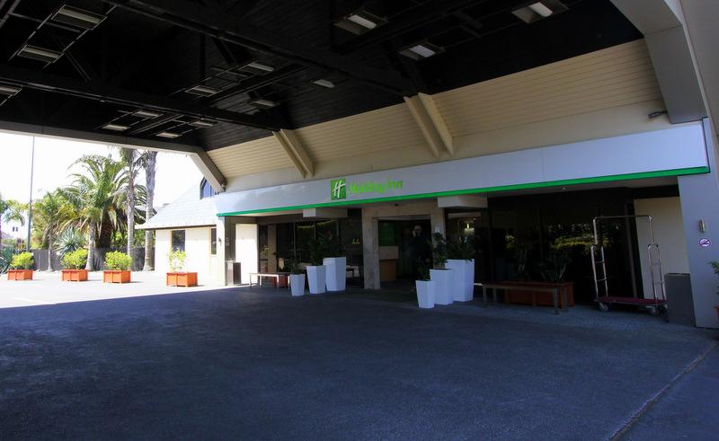 Holiday Inn Auckland Airport shuttle bus