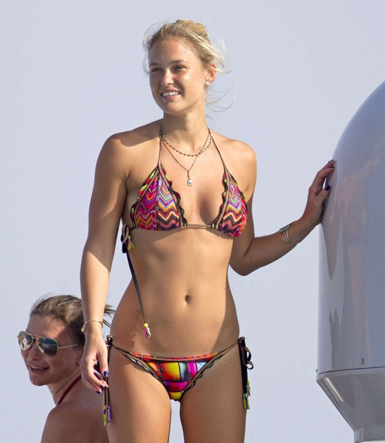 Bar-Refaeli-in-Bikini-in-Spain--26-560x644