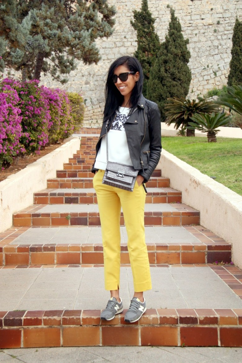 ohmyblog blogger outfit Ibiza holidays combinar pantalon amarillo new balance sneakers streetstyle look (2)