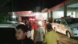 DARURAT: Ambulans berjejer di Puskesmas Karangpandan membawa puluhan warga Dukuh Puntukringin yang keracunan pada Minggu (9/5/2021) malam. (ISTIMEWA/LINGKAR)
