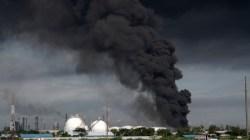 KEBAKARAN: Asap hitam terlihat mengepul di tanki penyimpanan benzene yang terbakar di Area KIlang Pertamina RU IV Cilacap, Jateng, Sabtu (12/6). (ANTARA/LINGKAR.CO)