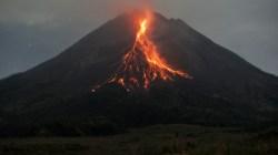 WASPADA: Gunung Merapi mengeluarkan guguran lava pijar, Srumbang, Magelang, Jateng, Kamis (6/5/21). (ANTARA/LINGKAR.CO)