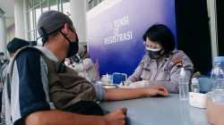 AKTIVITAS: Seorang warga periksa kesehatan sebelum divaksin, di Holy Stadium, Semarang, beberapa waktu lalu. Pekan ini, Jateng akan dapat 700 ribu vial vaksin Covid-19. (REZANDA AKBAR D/LINGKAR.CO)