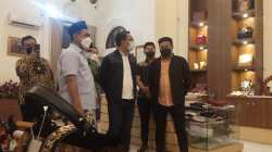 Wakil Gubernur Jawa Tengah Taj Yasin Maimoen (Gus Yasin) (Kiri) saat menerima kunjungan Gubernur Jawa Barat Ridwan Kamil (Kang Emil) (Kedua Kiri) di Sentra UMKM Kota Semarang, Minggu (17/10/2021). REZANDA AKBAR D/LINGKAR.CO