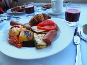 旅に出ると1日2食なので、朝ごはんはモリモリ。