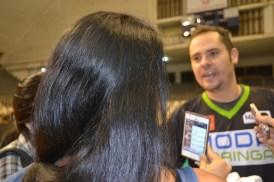 A repórter do Linha das 5, Rai Louven, entrevista o presidente e jogador do time de Maringá.