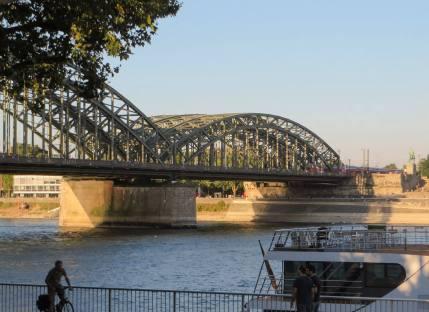 Blick vom Rheinufer auf die Deutzer Brücke.