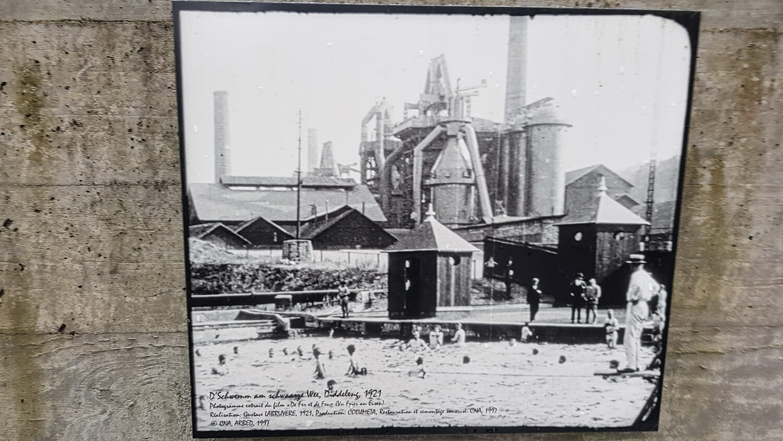 Das ehemalige Hüttenwerk um 1921 mit dem Freibad im Vordergrund.