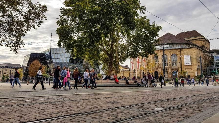 Blick auf Universitätsbibliothek und Stadttheater Freiburg
