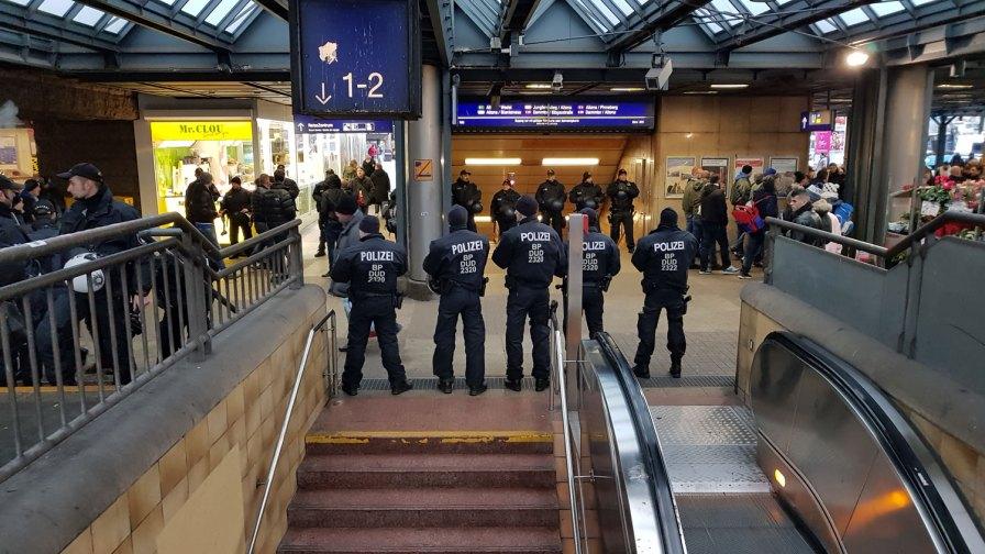 St. Pauli spielt gegen Magdeburg. Die Polizei empfängt die Fans und sichert die Übergänge zur S-Bahn.