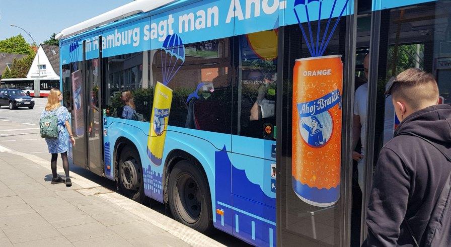 Hamburger Hochbahn im Metrobus der Linie 5.