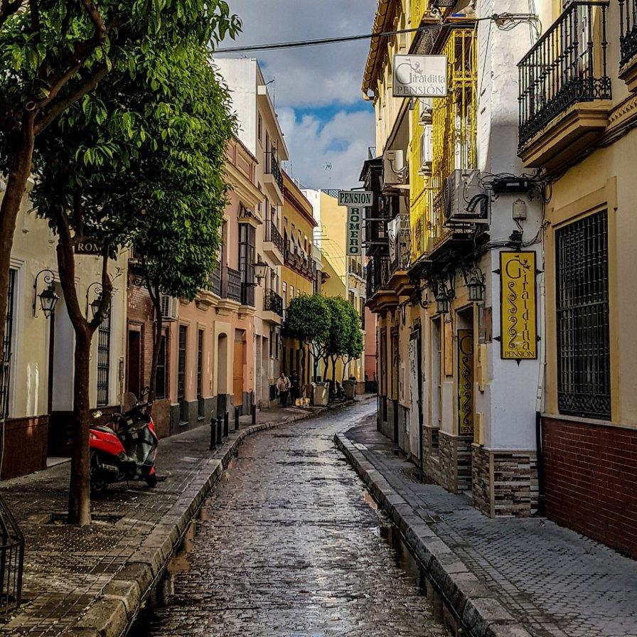 Altstadtgasse in Sevilla, Spanien.