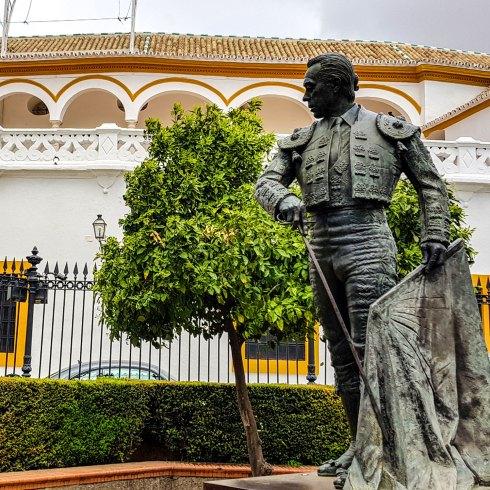 Vor der Stierkampfarena in Sevilla.